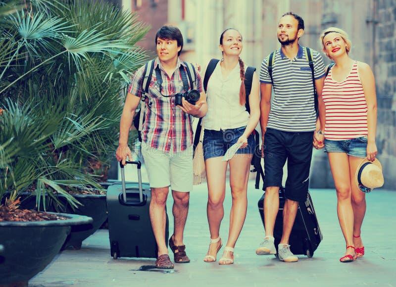 Coppie con bagagli che camminano la città immagine stock libera da diritti