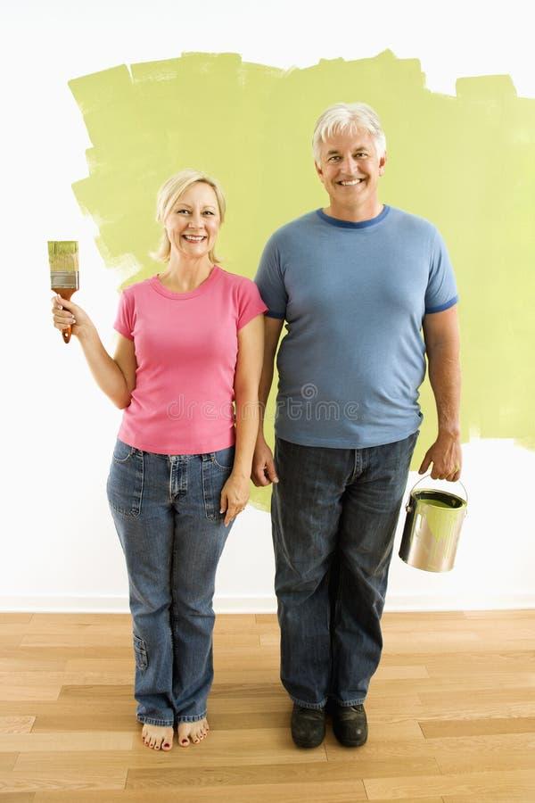 Coppie con gli utensili della pittura. immagini stock libere da diritti