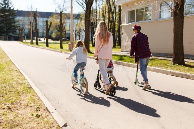 Coppie con i bambini sulle biciclette fotografie stock