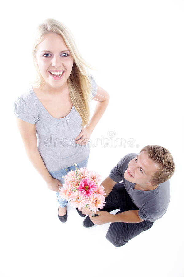 Coppie con i fiori e la proposta di matrimonio fotografia stock libera da diritti