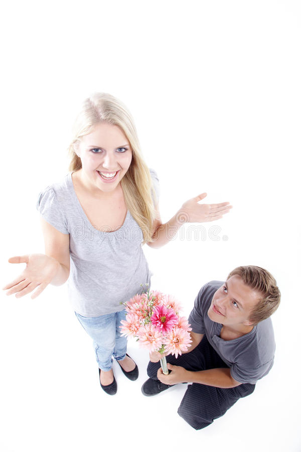 Coppie con i fiori e la proposta di matrimonio immagini stock