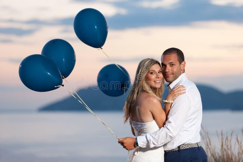 Coppie con i palloni fotografia stock libera da diritti