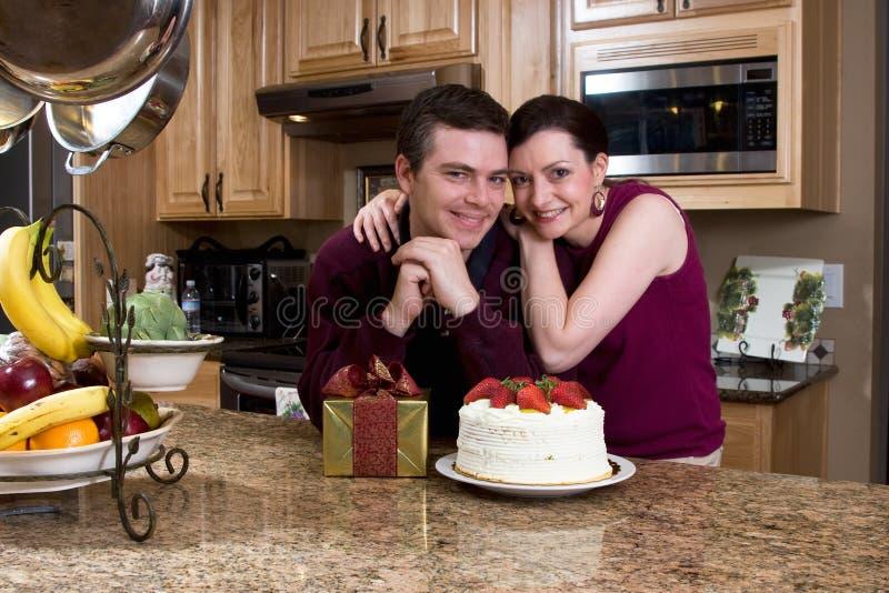 Coppie con i regali nella cucina - orizzontale immagine stock
