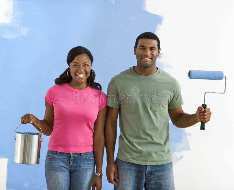 Coppie con i rifornimenti della vernice. fotografia stock libera da diritti