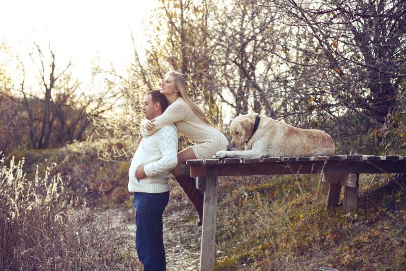 Coppie con il cane fotografie stock libere da diritti