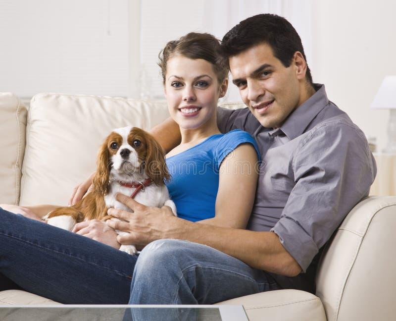 Coppie con il cane immagine stock libera da diritti