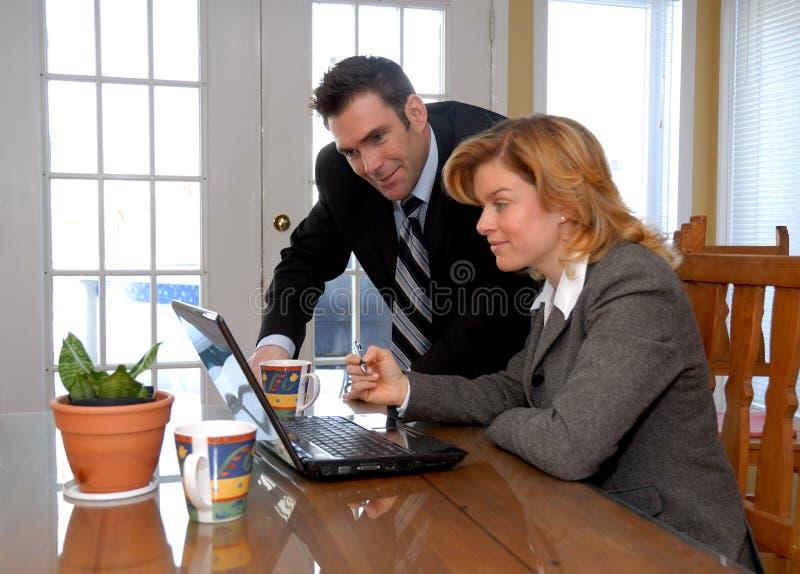 Coppie con il computer portatile fotografia stock libera da diritti