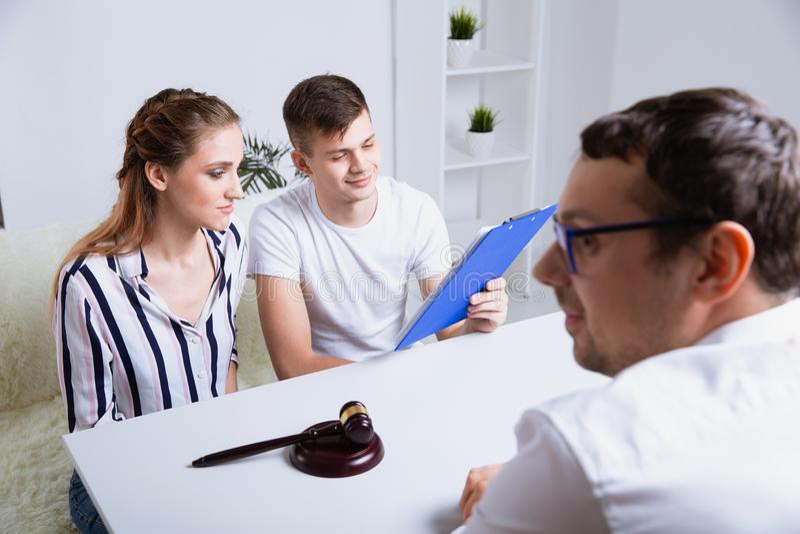 Coppie con l'avvocato che parla dell'ipoteca Concetto di riunione fotografie stock