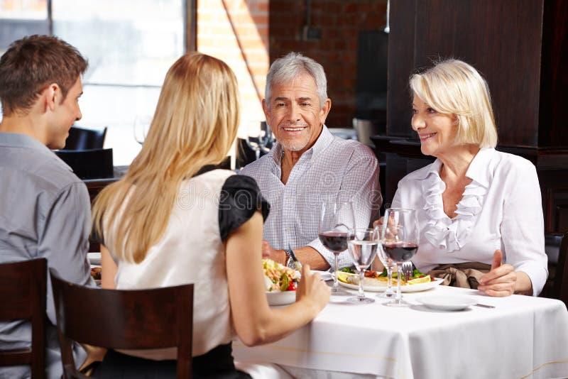 Coppie con la famiglia in un ristorante immagini stock