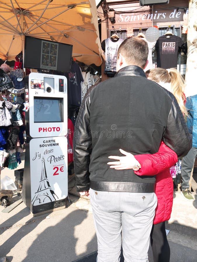Coppie con la torre Eiffel Parigi della cabina della foto di Selfie fotografia stock libera da diritti