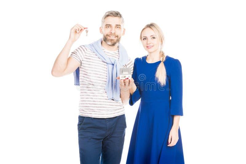 Coppie con le chiavi dalla casa fotografia stock