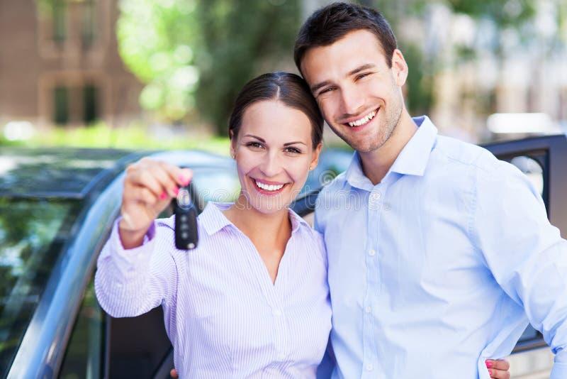 Coppie con le chiavi dell'automobile fotografia stock