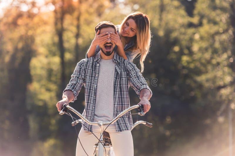 Coppie con una bicicletta in tandem fotografia stock libera da diritti