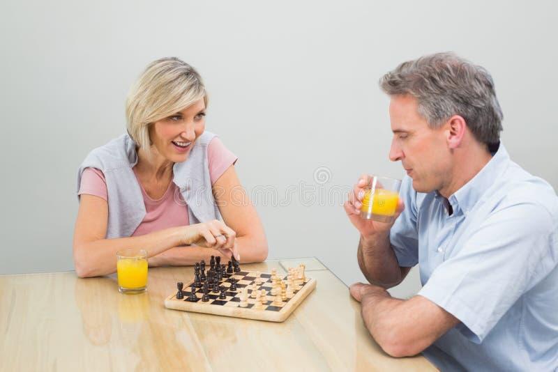 Coppie concentrate che giocano scacchi fotografie stock
