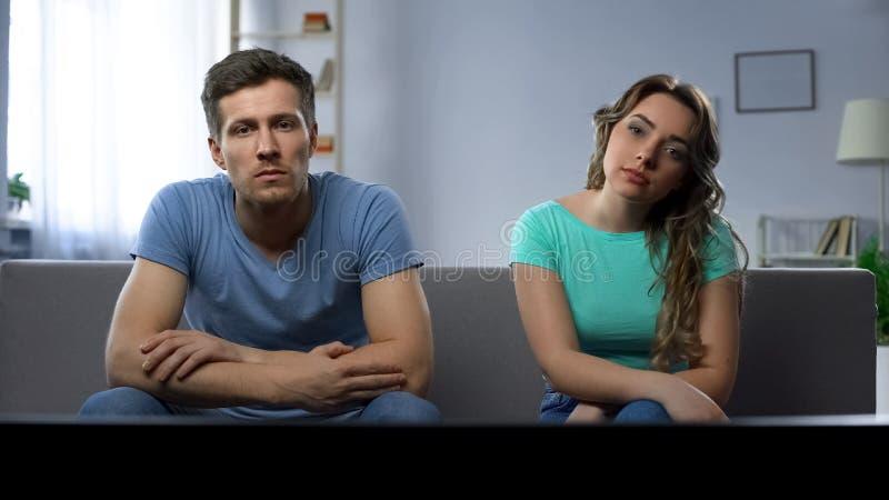 Coppie in conflitto che guarda TV silenziosamente trascurarsi, crisi di relazione immagini stock libere da diritti