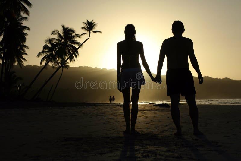 Coppie congiuntamente dal tramonto immagini stock libere da diritti