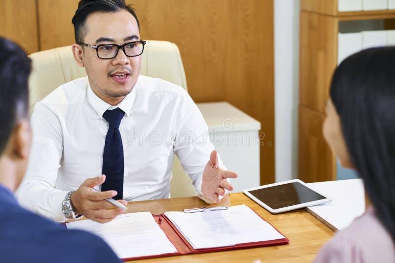 Coppie consultantesi dell'agente immobiliare immagine stock