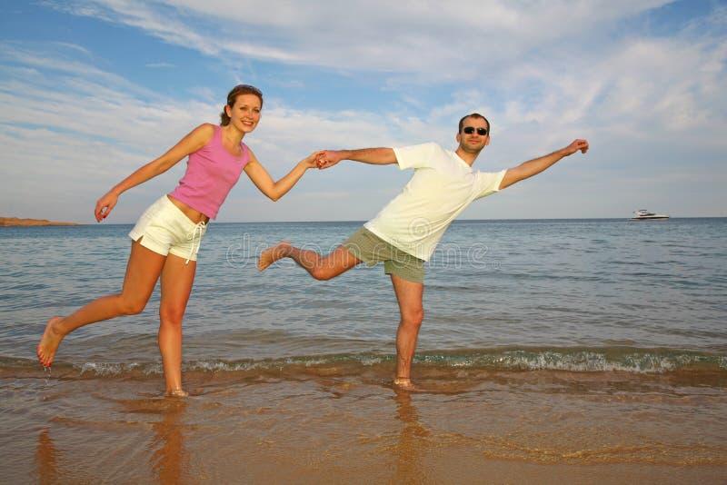 Coppie correnti sulla spiaggia immagine stock