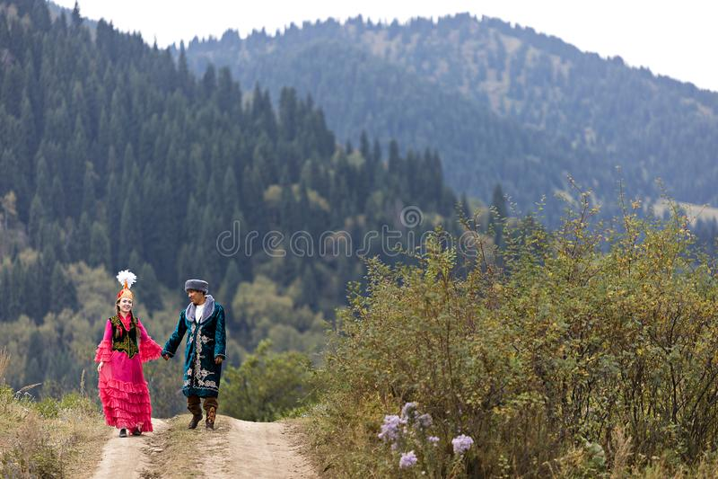 Coppie in costumi nazionali nel Kazakistan fotografia stock