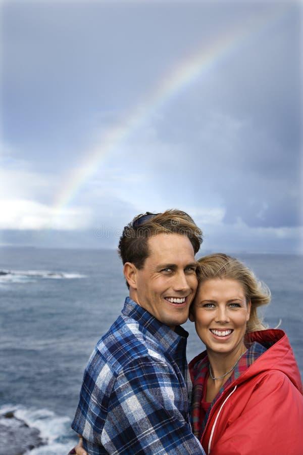 Coppie dall'oceano e Rainbow in Maui, Hawai. fotografia stock