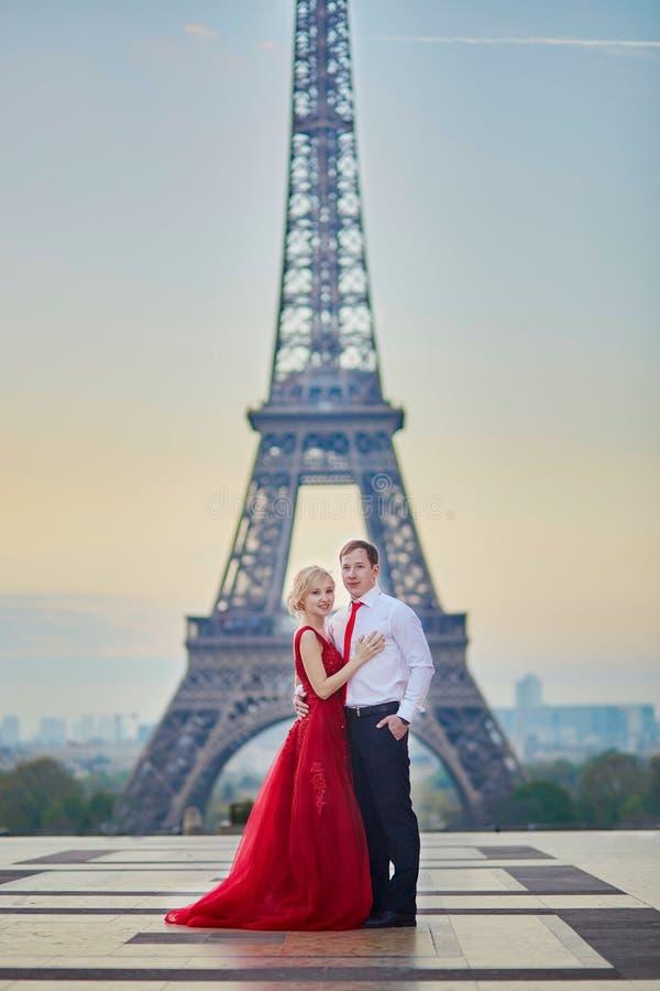 Coppie davanti alla torre Eiffel a Parigi, Francia fotografia stock libera da diritti