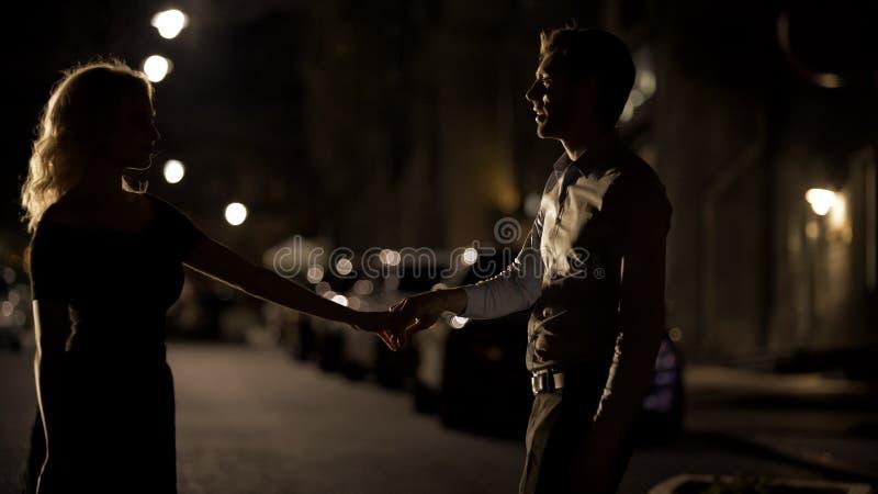 Coppie degli amanti che ballano nella via vuota di notte, nella datazione e nell'amore, seduzione fotografie stock