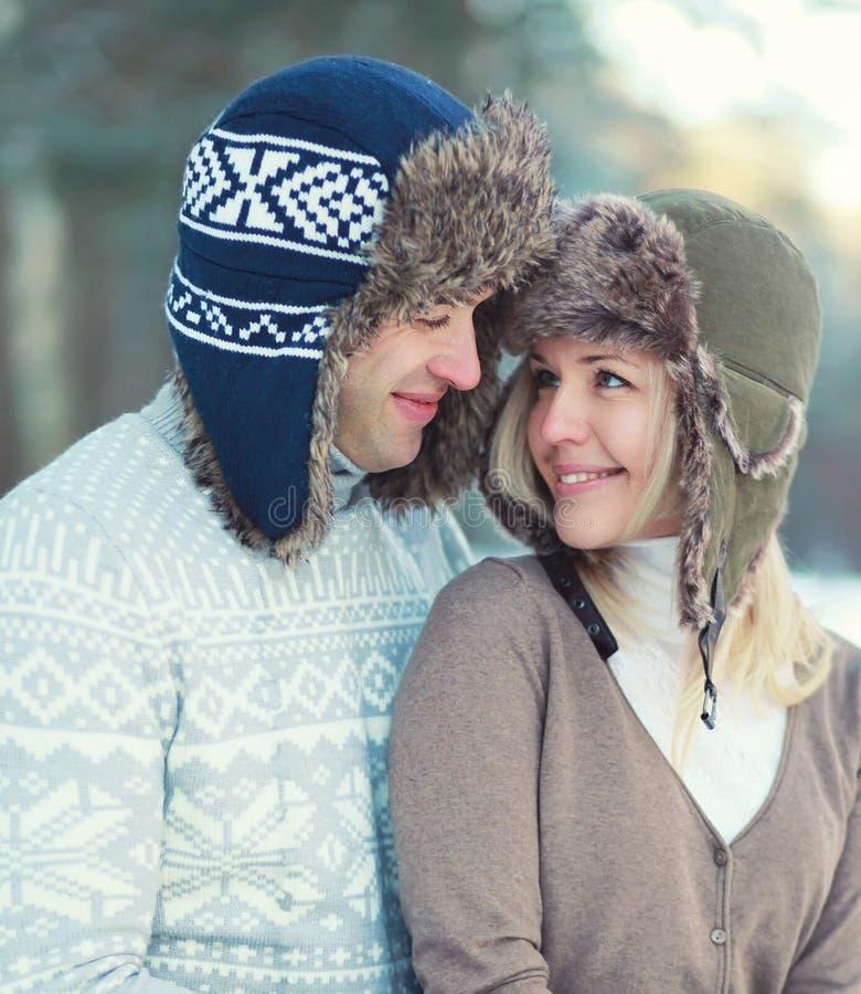 Coppie degli amanti felici del ritratto giovani insieme nell'inverno immagini stock libere da diritti