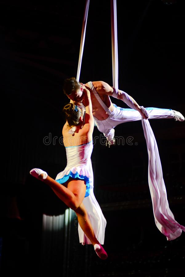 Coppie degli artisti del circo, acrobate, prestazione relativa alla ginnastica aerea immagine stock