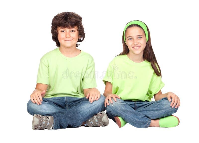 Coppie dei bambini con la stessa seduta dei vestiti immagine stock libera da diritti
