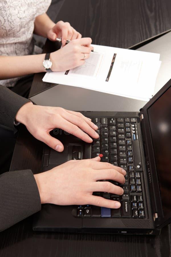 Coppie dei giovani nel toget di funzionamento dell'ufficio immagini stock libere da diritti