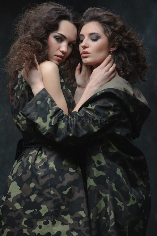 Coppie dei modelli in uniforme cachi fotografia stock libera da diritti