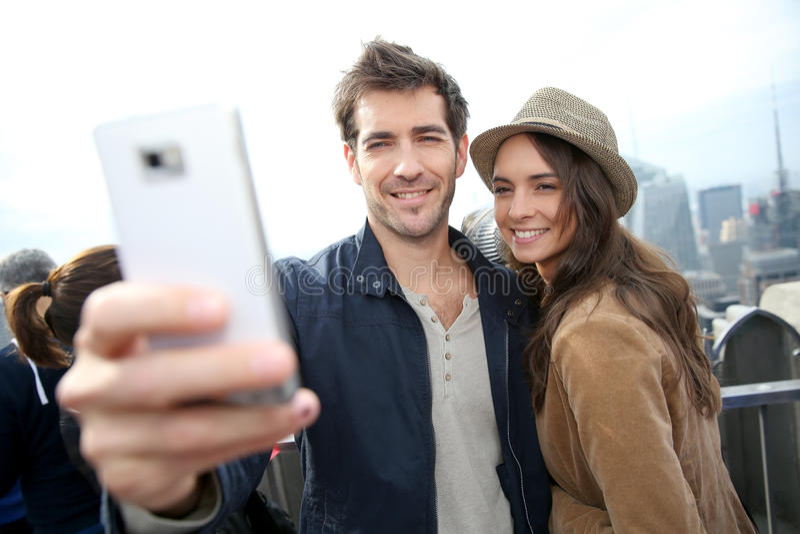 Coppie dei turisti che prendono selfie fotografia stock