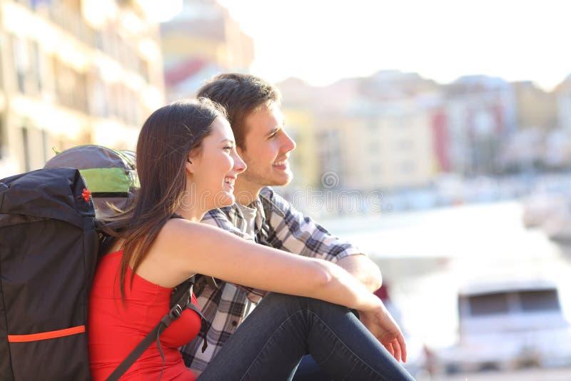 Coppie dei viaggiatori con zaino e sacco a pelo che fanno un giro turistico sulla vacanza immagine stock libera da diritti