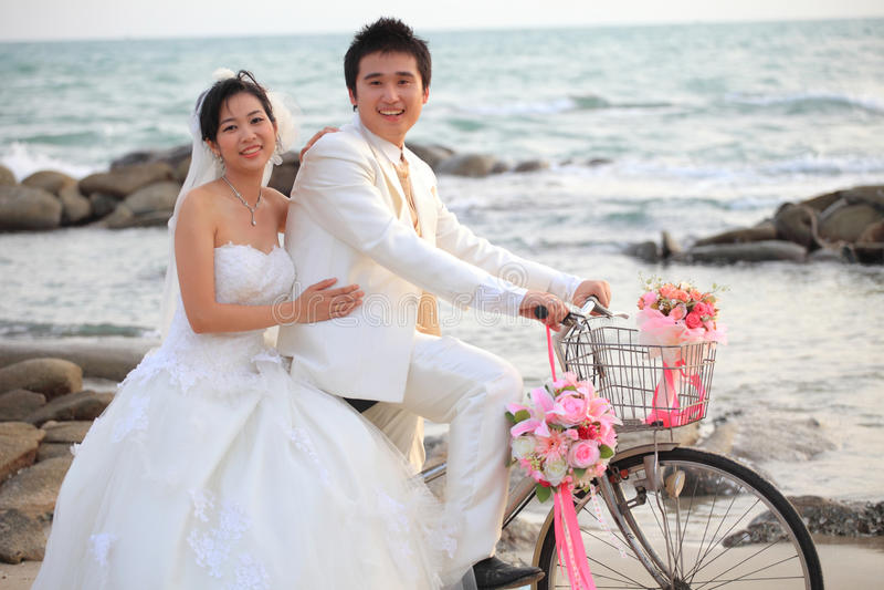 Coppie del giovane e della donna nel vestito di nozze fotografia stock