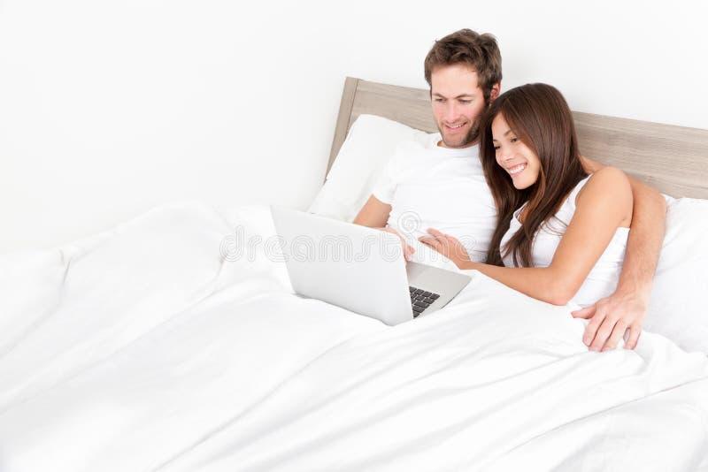 Coppie del letto felici sulla stanza del computer - Letto portatile ...