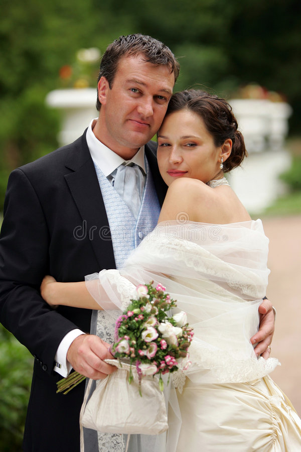 Coppie del Newlywed sul giorno delle nozze fotografie stock libere da diritti