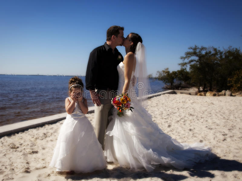 Coppie del Newlywed sulla spiaggia immagini stock