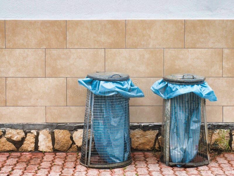 Coppie del recipiente per immondizia sulla via fotografia stock libera da diritti
