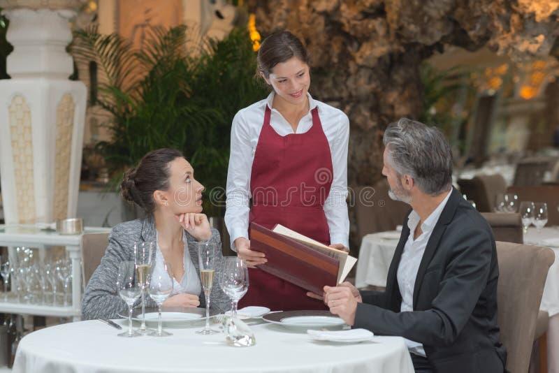 Coppie del servizio della cameriera di bar in ristorante fotografia stock libera da diritti