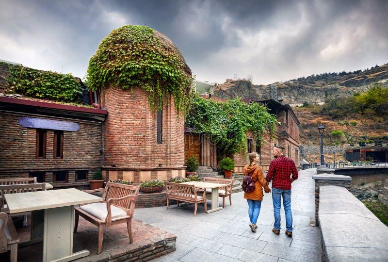 Coppie del viaggiatore al distretto di Abanotubani di Tbilisi fotografie stock