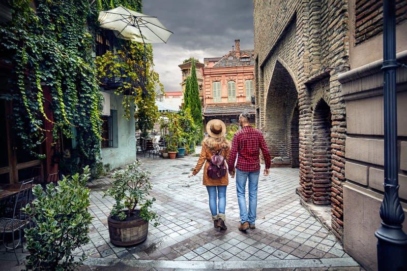 Coppie del viaggiatore alla vecchia via di Tbilisi fotografie stock libere da diritti