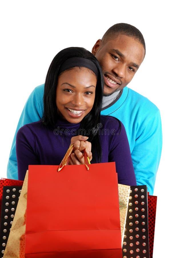 Coppie dell'afroamericano con i sacchetti di acquisto immagine stock