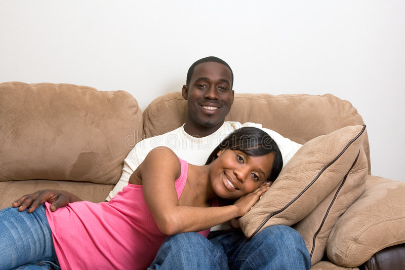 Coppie dell'afroamericano nel loro salone immagine stock