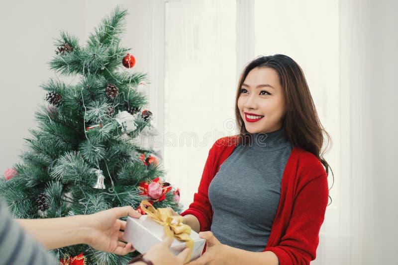 Coppie dell'asiatico di Natale Un uomo bello che dà la suoi amica/wif fotografia stock libera da diritti