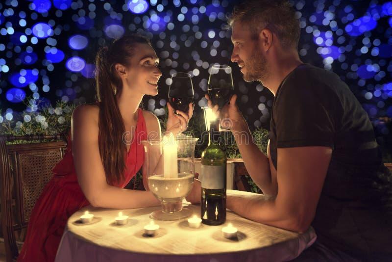 Coppie della cena del biglietto di S. Valentino immagine stock libera da diritti