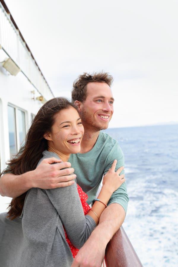Coppie della nave da crociera romantiche sull'abbraccio della barca fotografia stock