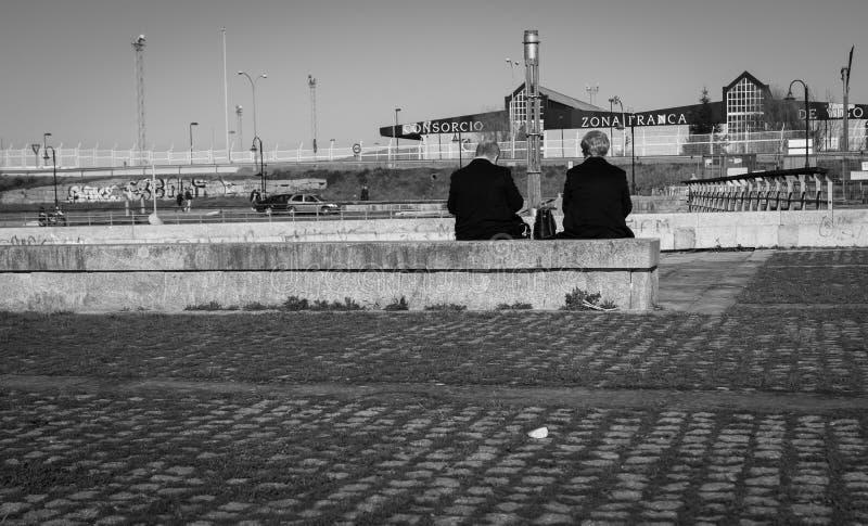 Coppie della persona anziana che aspettano col passare del tempo fotografia stock