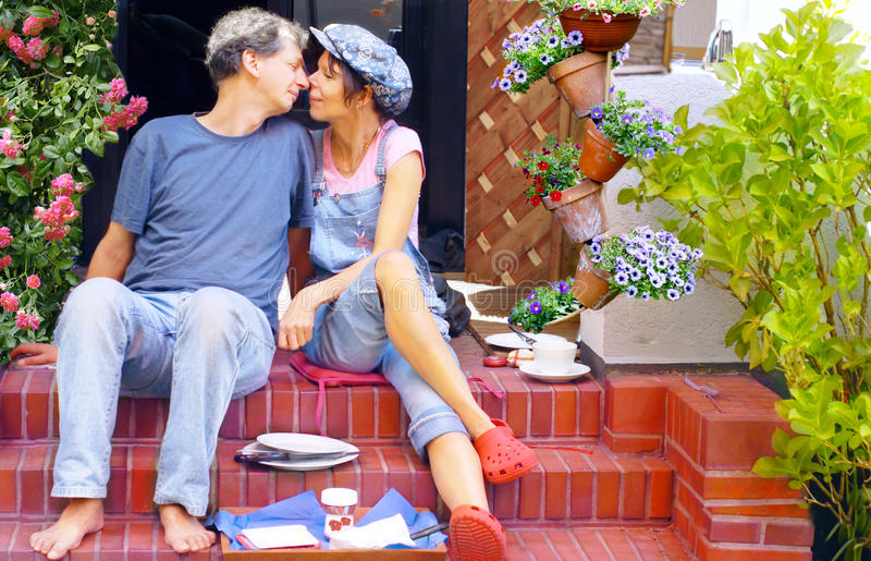 coppie della prima colazione felici avendo terrazzo immagine stock libera da diritti