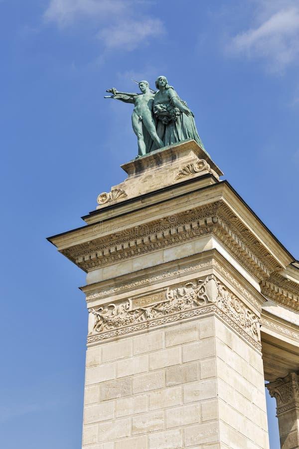 Coppie della scultura di gloria e di conoscenza Quadrato degli eroi, Budapest, Ungheria fotografia stock