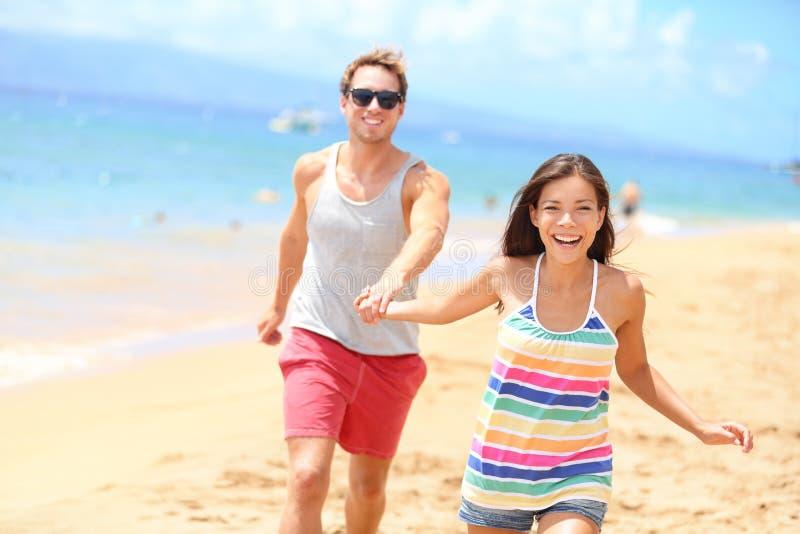 Coppie della spiaggia divertendosi festa romantica di vacanza fotografia stock libera da diritti